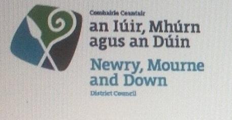 Suaitheantas dátheangach ag Comhairle an Iúir, Mhúrn agus an Dúin