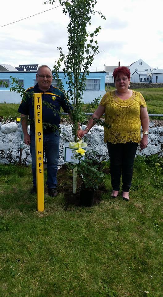 Kathleen agus a dearthair Jimmy McGinty, ag cur an crann docháis ar Oileáin Thoraigh